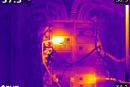 На экране тепловизора FLIR T1020 перегретый контакт