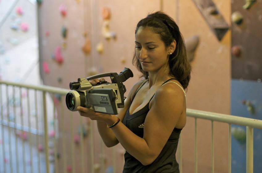 Девушка с тепловизором FLIR P-series