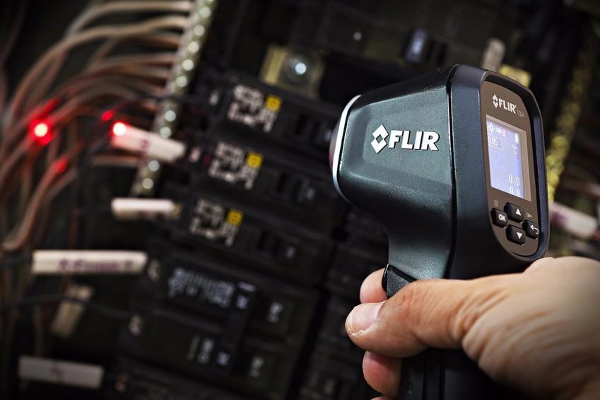 FLIR TG54 измеряет температуру блоков микросхемы